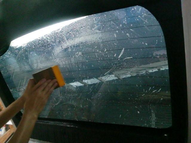 窓の掃除の後、ゴミが入るのを防ぐ為、一気に貼りこみます