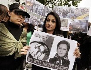Manifestantes portando la fotografía de Neda Soltani como si de una martir se tratase(thestar)