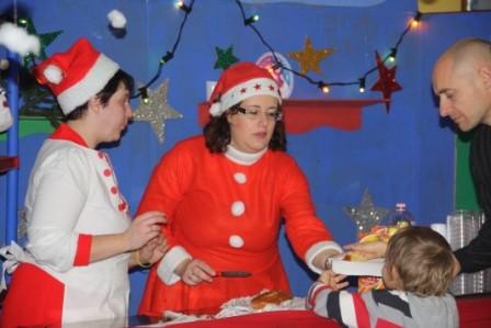 "Intanto gli elfi ""baristi"" distribuiscono una gustosa merenda"