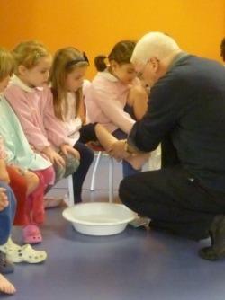come Gesù, don Giuseppe ci lava i piedi