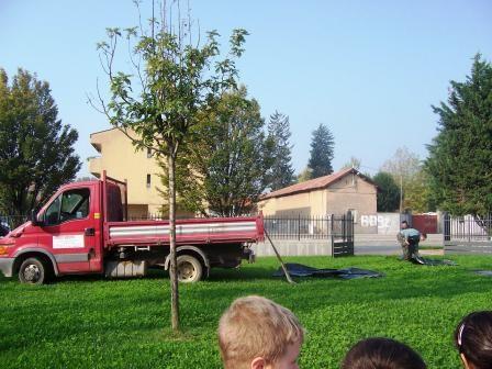 usciamo in giardino perchè è arrivato un grosso camion