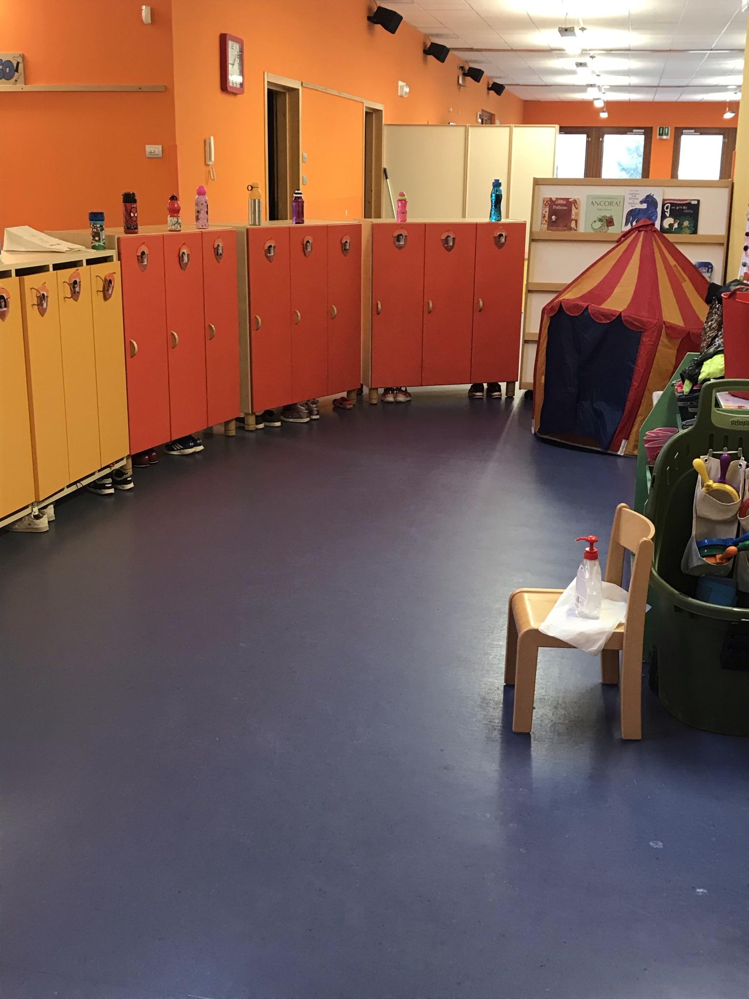 Spazio armadietti, all'esterno di ogni classe