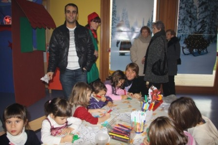 """Gli elfi """"artisti"""" si sono divisi tra il laboratorio per creare le decorazioni natalizie..."""