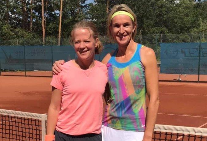 Siegerin Doro Stickling mit ihrer Finalgegnerin in Bielefeld-Quelle
