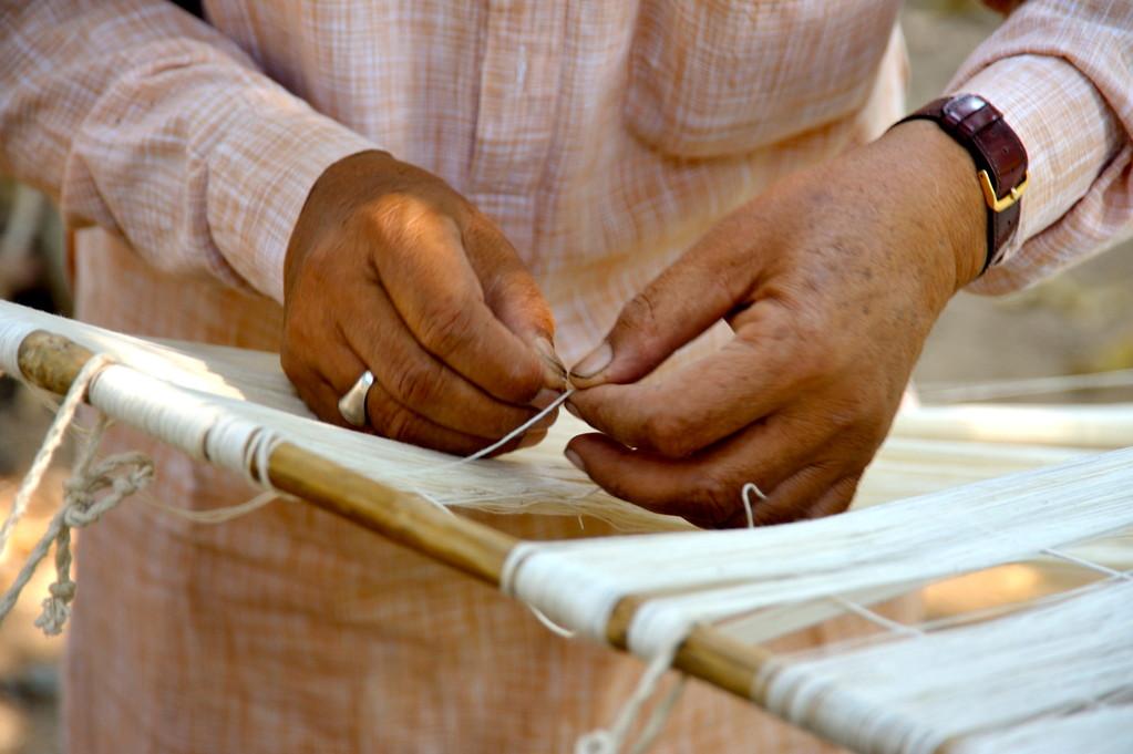 Bestücken des Webstuhls mit Kettfäden