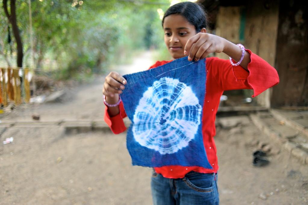 Der Nachwuchs übt die Batik-Technik