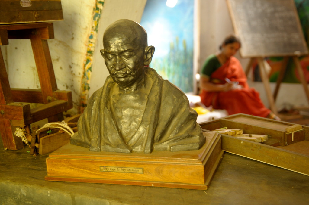Ghandi-Büste in der Spinnstube