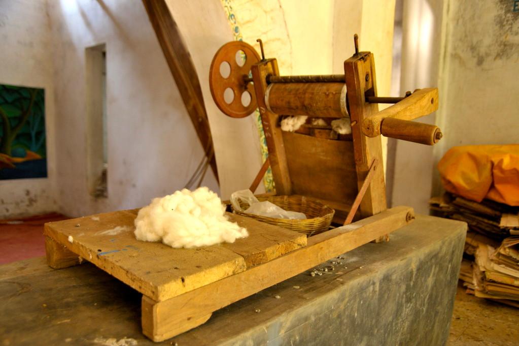 Kämmen der Rohbaumwollfasern in einer Kurbel-Kadiermaschine