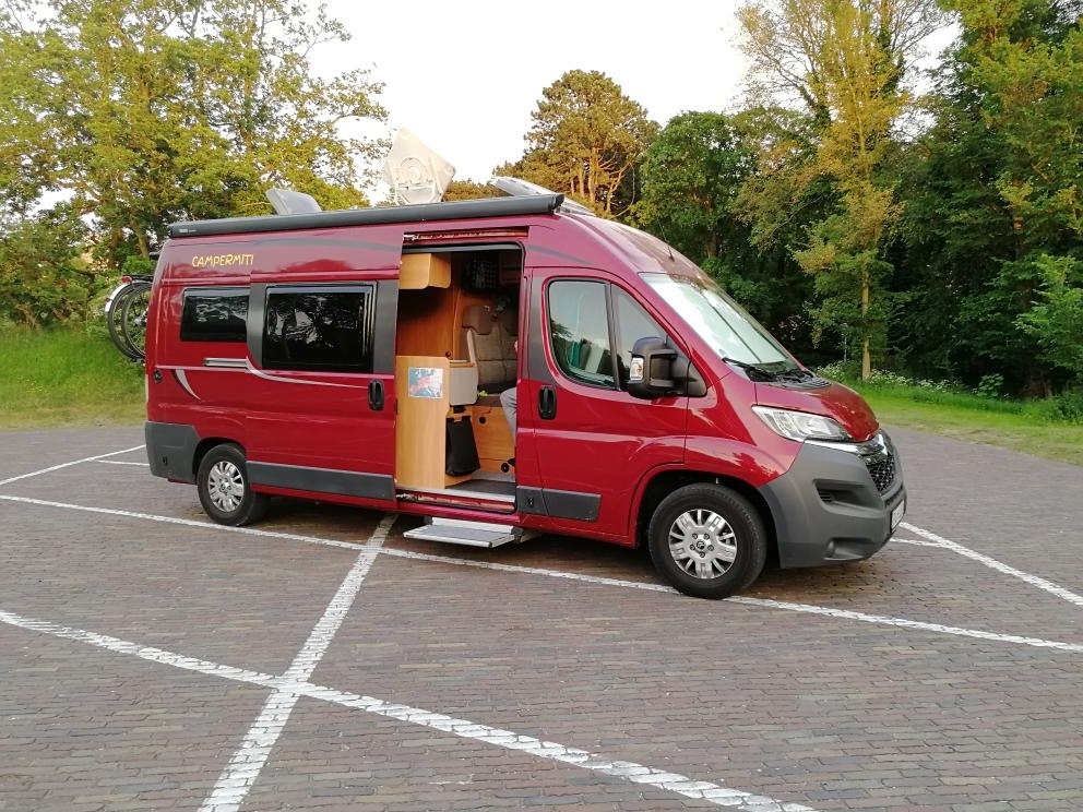 Camper mit Hund in Bloemendaal NL