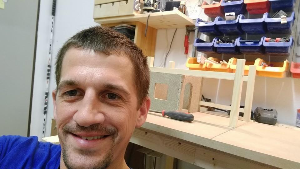 Stolz wie Oskar: Der Krippenbauer Heiko in seinem Element