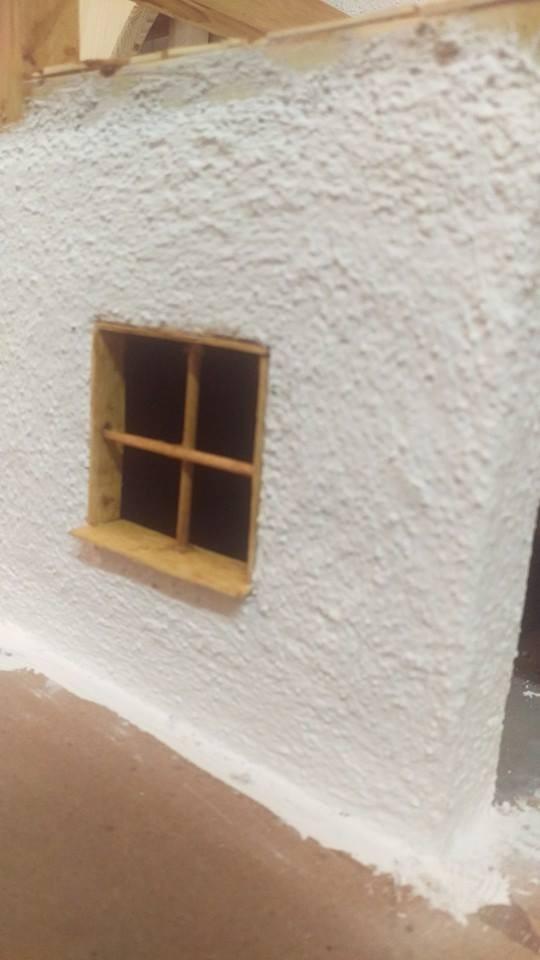 Fenster mit Fensterkreuz und Fensterbank