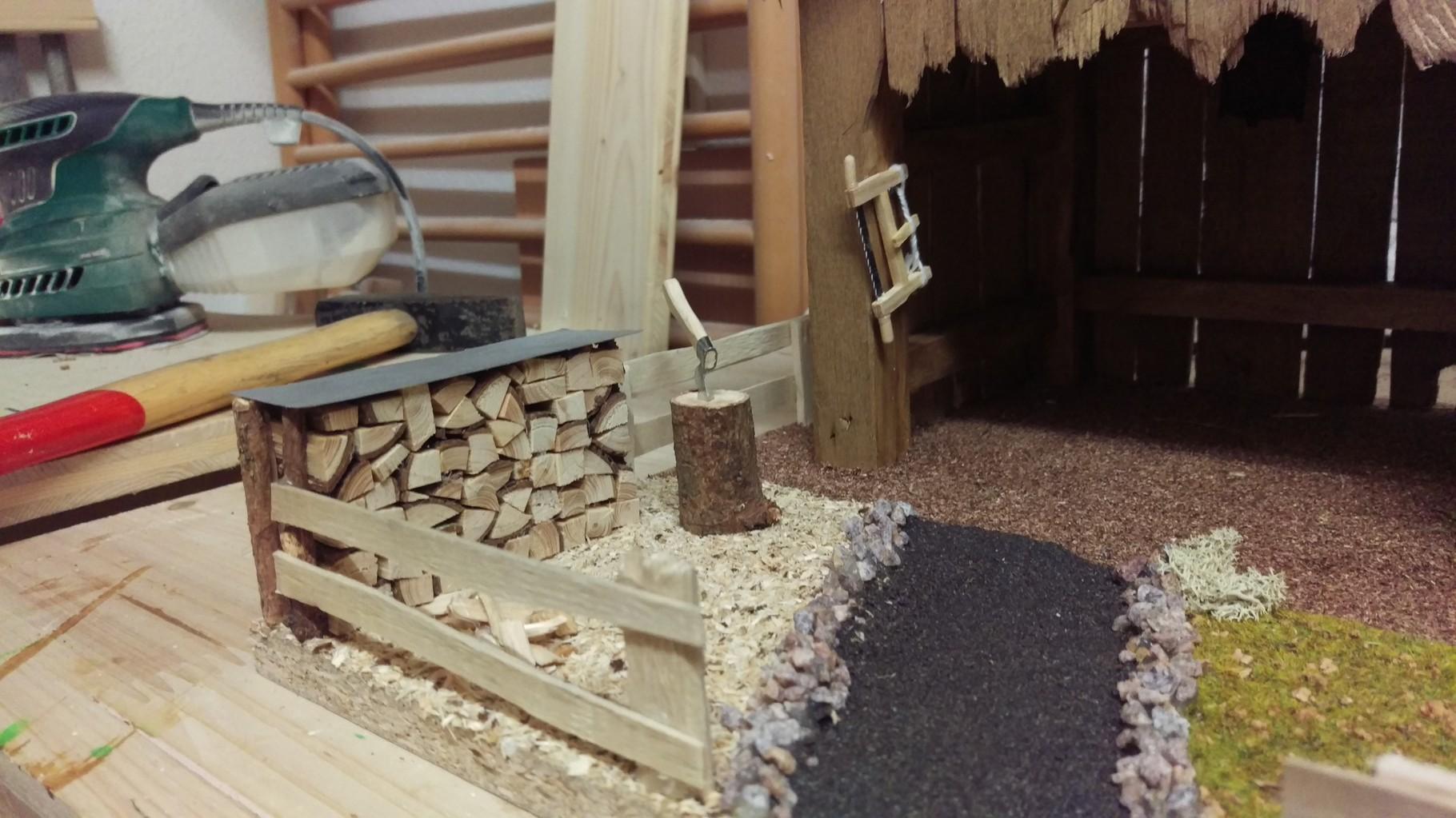 einmal die Aussenanlage mit Holzstoß  und Hackstock