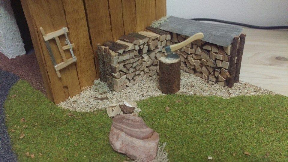 Holzstoß mit Hackstock