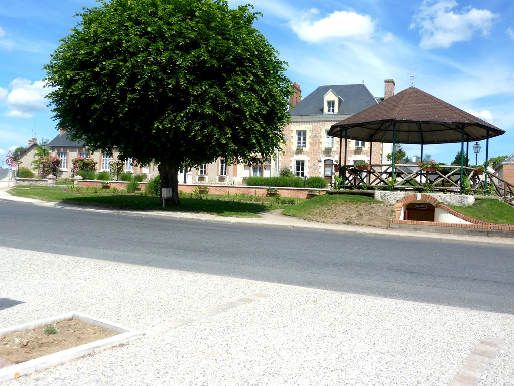 Dhuizon: mairie et kiosque.
