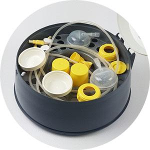 ... und im Oberkorb passen die Kleinteile einer Milchpumpe (hier Medela)