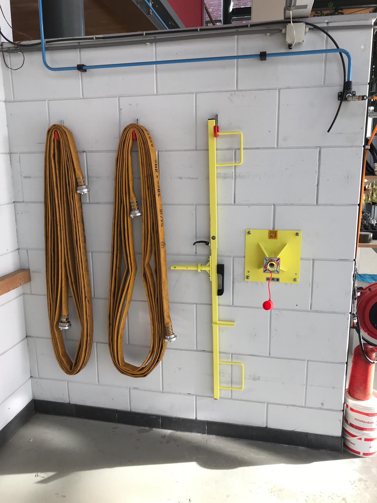 Muursteun, ontwikkeld voor gebruik op een vlakke muur. Ideaal bij een krappe behuizing van kazerne!!