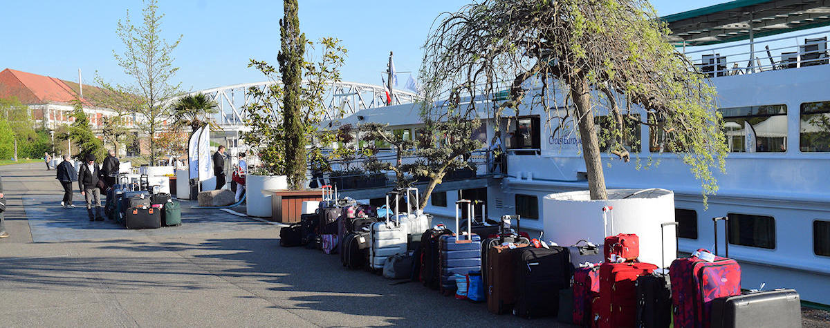 Nos valises sur le quai, en attente de chargement dans les autocars