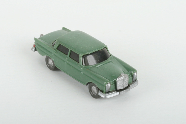 Wiking Mercedes 220 Heckflosse diamantgrün - ZUSCHLAG Auktionshaus Wrede 400,– Euro