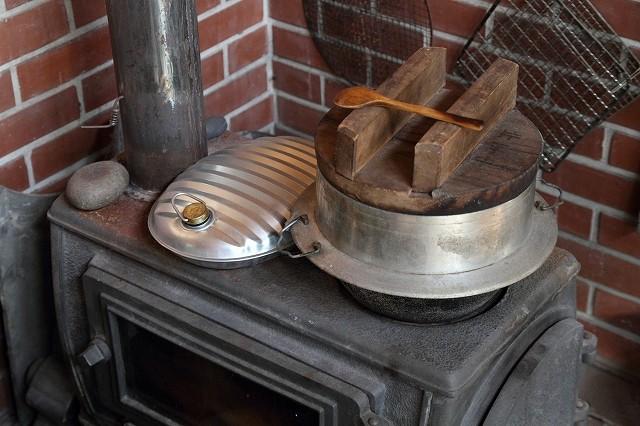武藤さんのお宅では、薪ストーブで煮炊したり、湯たんぽをあたためたり。
