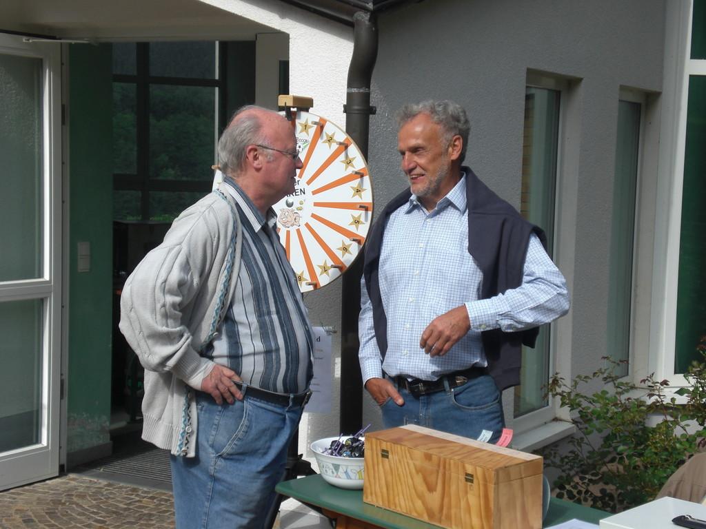 Adolf und Willi vor dem Schnapsrad