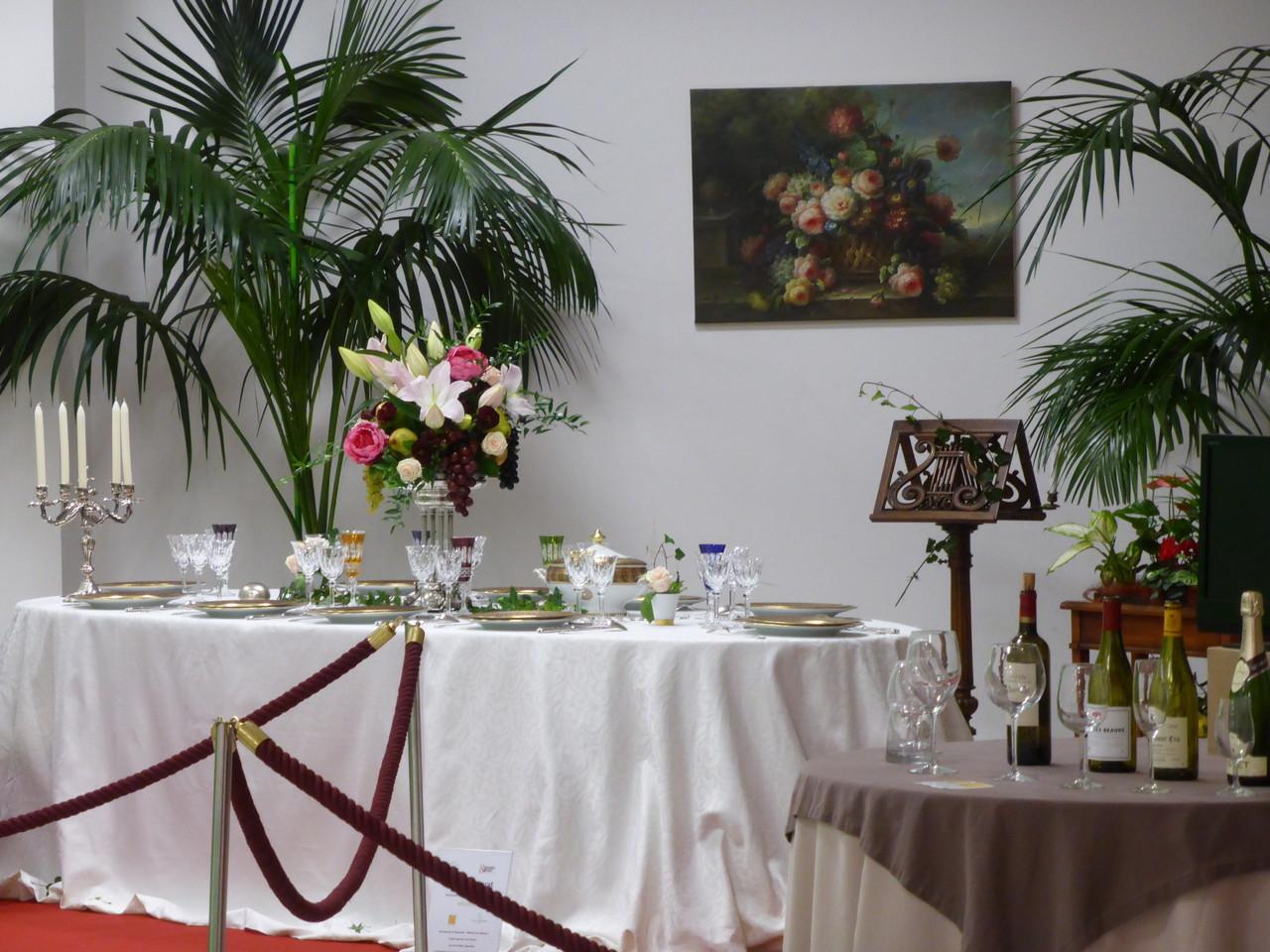 """La table d'apparat """"Éventail"""" de Bernardaud; à droite, la table des accords verres et vins"""