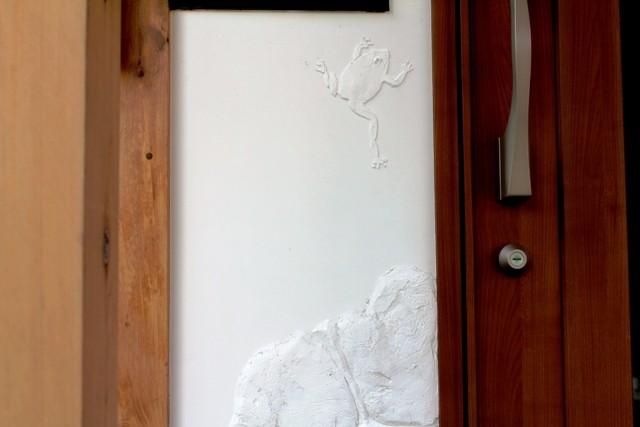 漆喰鏝絵「無事カエル」