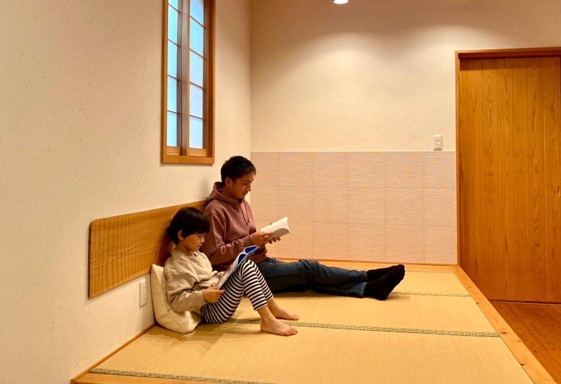 畳コーナーで親子読書