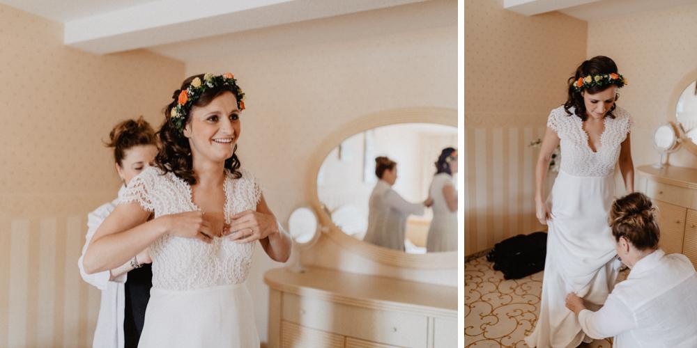 Bild: Braut Brautkleid Kaviar Gauche beim Ankleiden vor der Hochzeit Getting Ready Hochzeitsreportage Hochzeitsfotos Hochzeitsfotograf Panoramahotel Oberuckersee Brandenburg