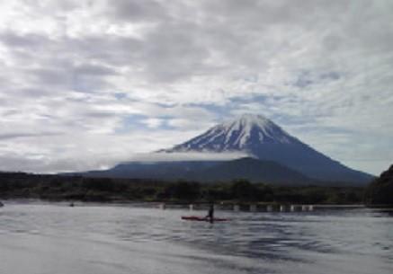 精進湖の向こうに見える雄大な富士