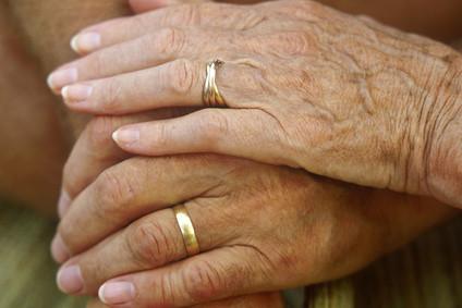 alte Hände mit Eheringen