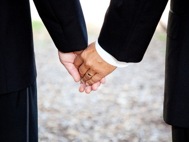 Männerhände, die einander halten