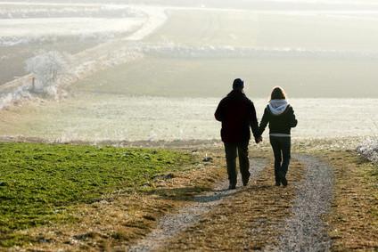 Paar auf langem, gewundenen Weg