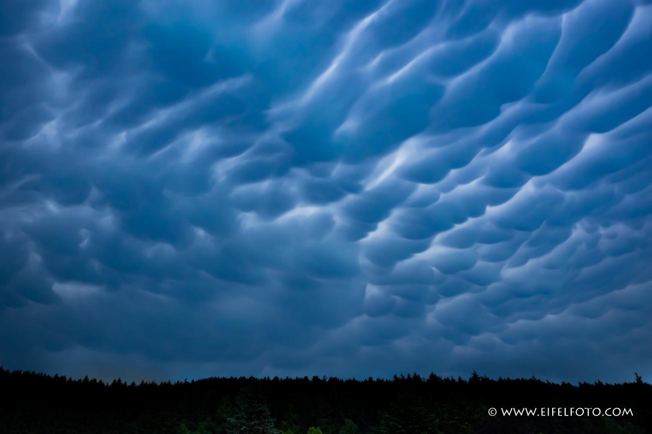 Mammatus clouds  - Energie pur. Sie gelten als Vorboten von extrem starken Unwettern.