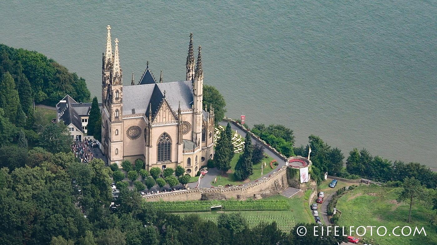 Hoch über dem Rhein gelegen - die Apollinariskirche in Remagen