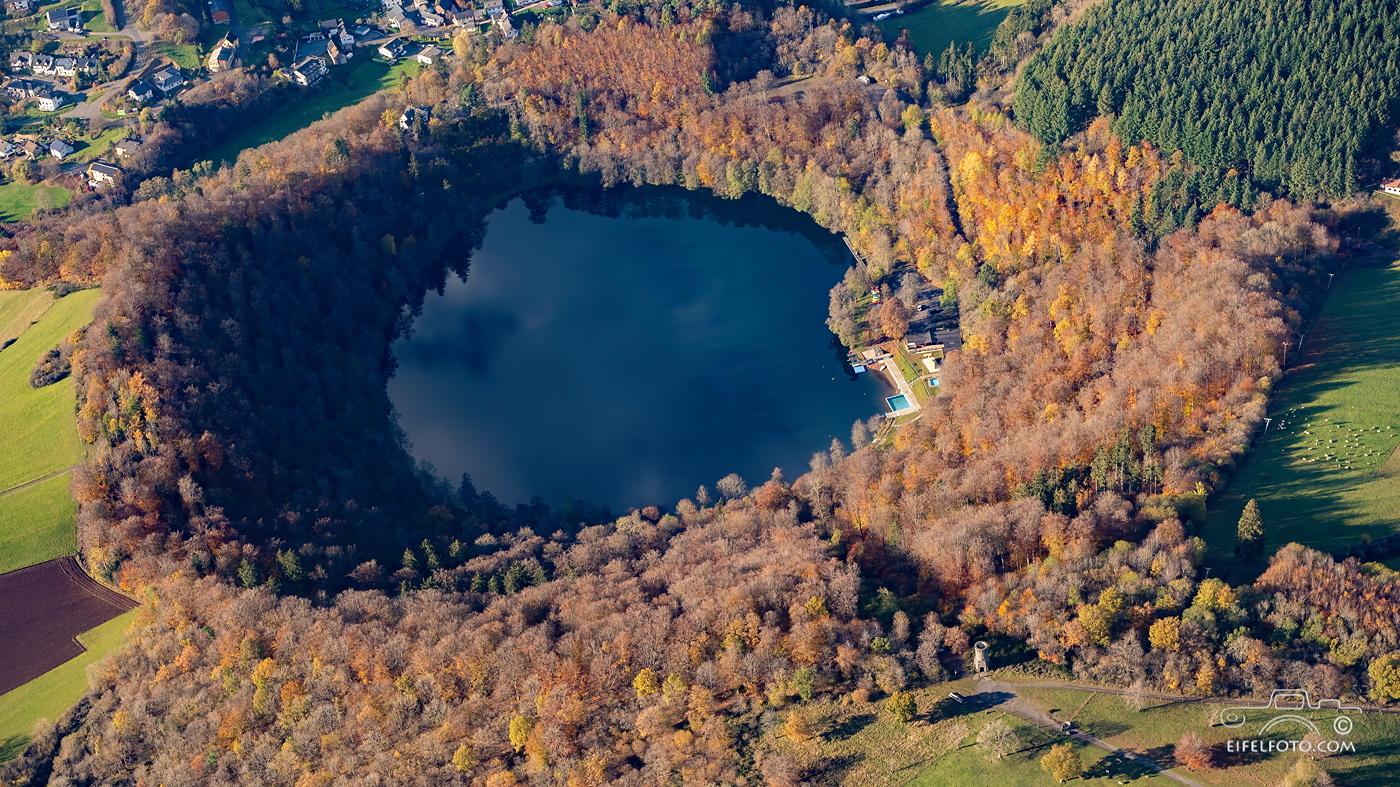 Luftbild: Gemündener Maar mit Dronketurm im Vordergrund