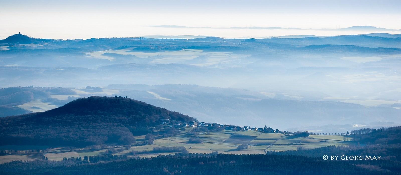 Blick über die Südeifel vom Aremberg zur Nürburg