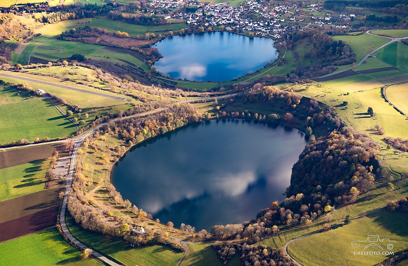 Luftbild: Das Weinfelder Maar (Totenmaar) und im Hintergrund das Schalkenmehrener Maar