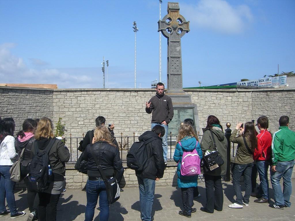 Die Kinder erfahren die Geschichte des Keltischen Kreuzes.