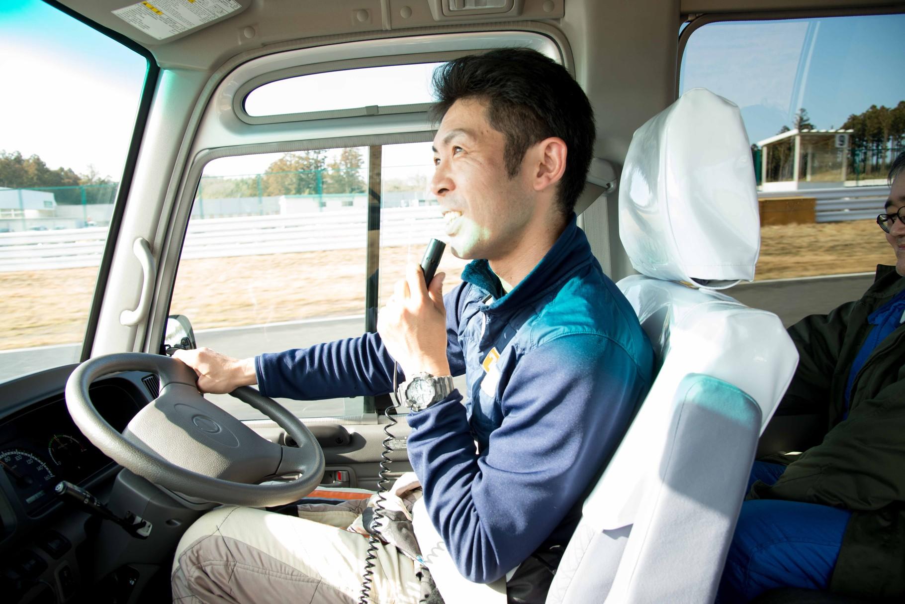 プロドライバー運転のすごくロールするバスツアー
