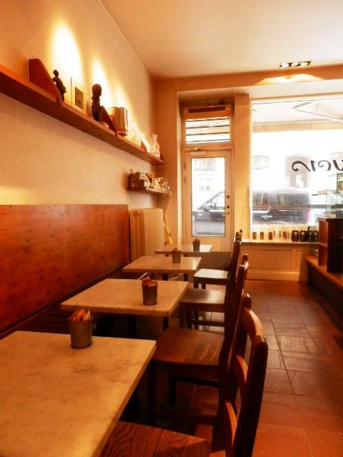 石の床とマッチングのよい木のテーブルイスと天井
