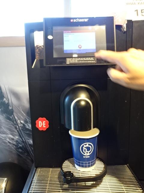有名な「IRMA イヤマ」ストアの TO GO COFFEE
