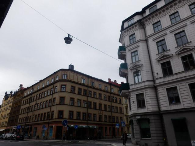 ストックホルム 欧米に多い、建物と建物の壁で照明を吊るタイプ
