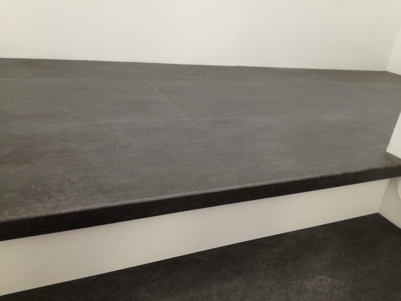 Classico Stufe aus Vinylboden Cement moro