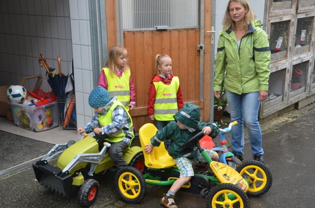 Kindergarten zu Besuch auf dem Hof Berthold in Dalaas