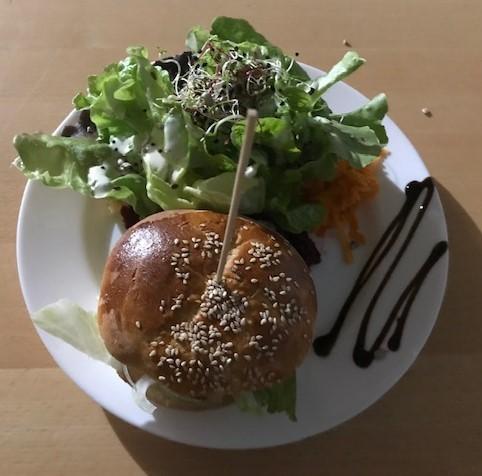 Gemischter Salat mit Hamburger