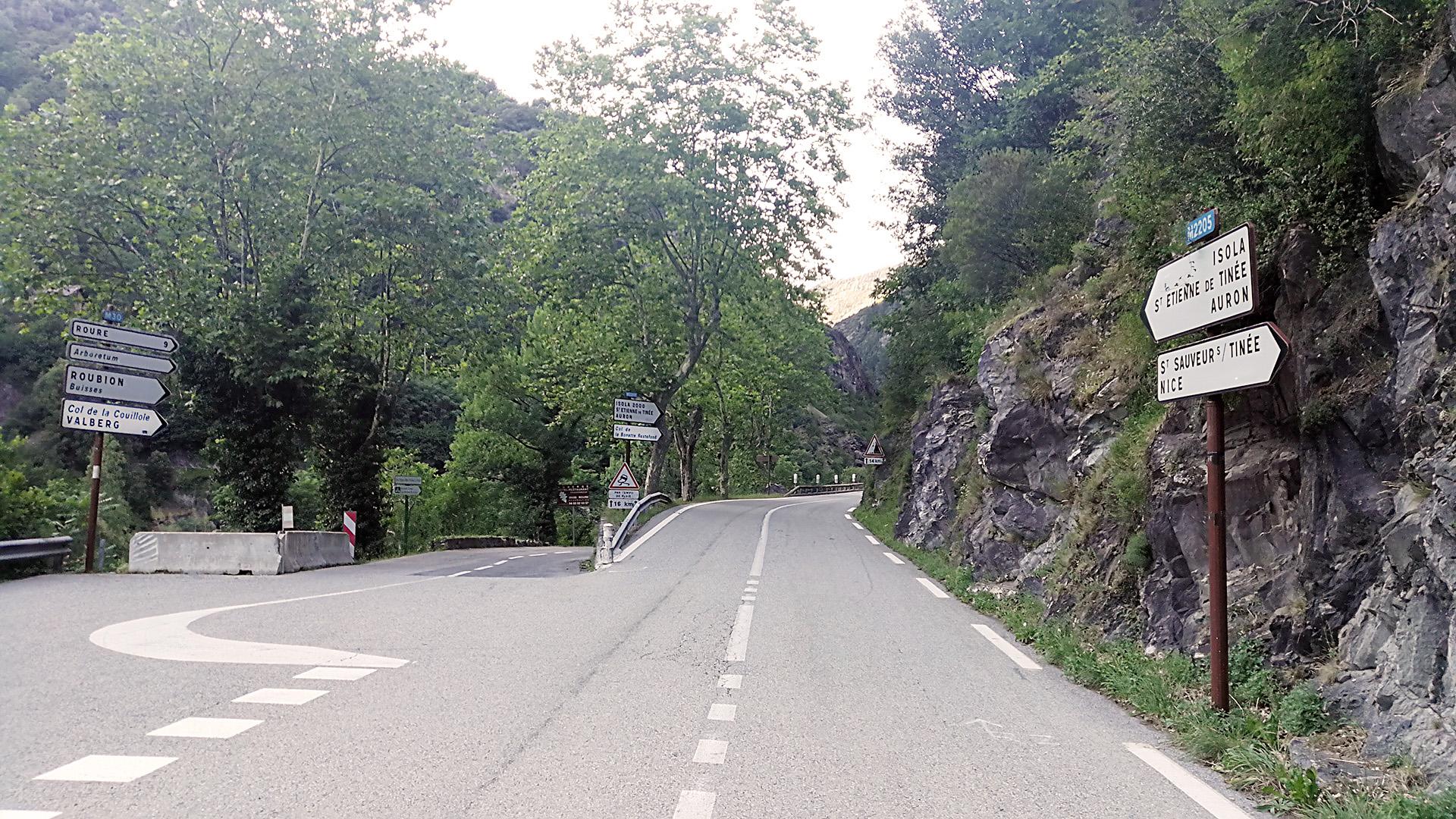 Abzweigung Route des Grandes Alpes in Richtung Nord nach Saint-Sauveur-sur-Tinée © Pässe.Info
