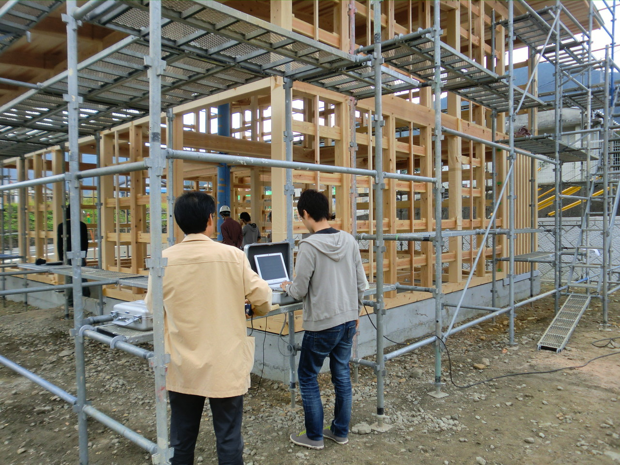 木造住宅常時微動測定  (久万高原の家モデルハウス建築中)