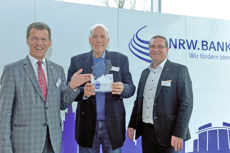Eckhard Forst (Vorstand der NRW.BANK), Peter Feyen und Ingo Grenzstein mit dem 3. Preis