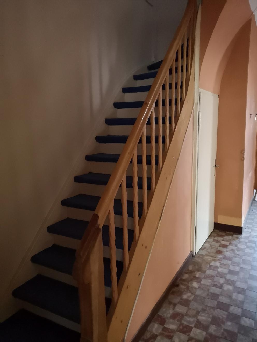 Die Treppe hat eine angenehme Steigung und ist gut und sicher begehbar. Auch im Flur originale Fliesen im guten Zustand, eine absolute Rarität!