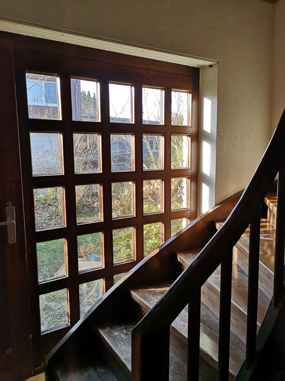 Viel Licht kommt durch die zahlreichen Fenster.